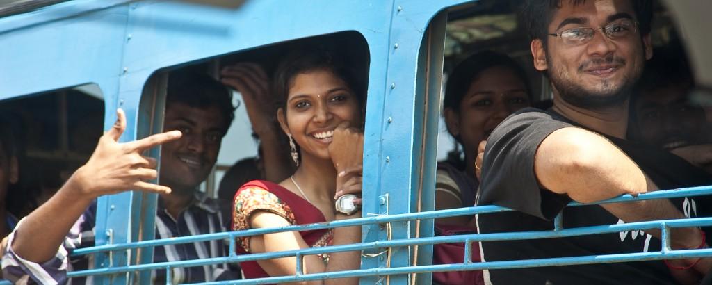 Junge Menschen in einem Bus in Cochi, Indien
