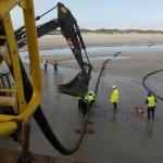 Mehrere Hundertmeter Kabel liegen auf dem Strand, genügend Länge, um die erste Kabelmuffe jenseits der Dünen auf Norderney zu erreichen.