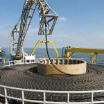 Seeseitig zwischen Norderney und dem Windpark alpha ventus wird die Kabelverlegung von einem Spezialschiff übernommen. Es hat 60 km Kabel geladen, ein Gewicht von ca. 3.500 Tonnen.