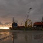Die Barge ist am Ziel. Sobald das Tageslicht wieder da ist und das Wasser am nächsten Tag den Schauplatz freigibt, wird das Restkabel abgespult.