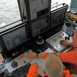 Die Kabelverlegung auf dem Watt sind nur in bestimmten Zeitfenstern möglich, in denen genügend Wasser da ist, um den Auftrieb und damit das Schwimmen der Barge zu gewährleisten.