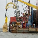 Die Barge kann am Strand trocken fallen und verfügt damit über eine ganz entscheidende Fähigkeit bei der Seekabelverlegung. Links im Bild erkennt man das vertikale Spülschwert, das mit großen Wasserdruck einen Graben aufspült, in den das Kabel versenkt wird.