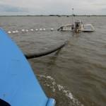 Bei Flut bzw. Hochwasserstand schwimmt die Barge auf. Auf der Barge, die sich an zuvor ausgebrachten Ankern ziehend voranbewegt, sind mehrere Kilometer Kabel aufgewickelt, die vom Trencher verlegt werden.