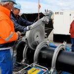 Auf dem befestigten Deich von Norderney werden einzelne Kunststoffrohre von 25 m Länge zusammengeschweißt bis ein Rohr von einer Länge bis zu 400 m entsteht. Das lange Rohr wird schwimmend auf das Watt zur Baustelle geschleppt …