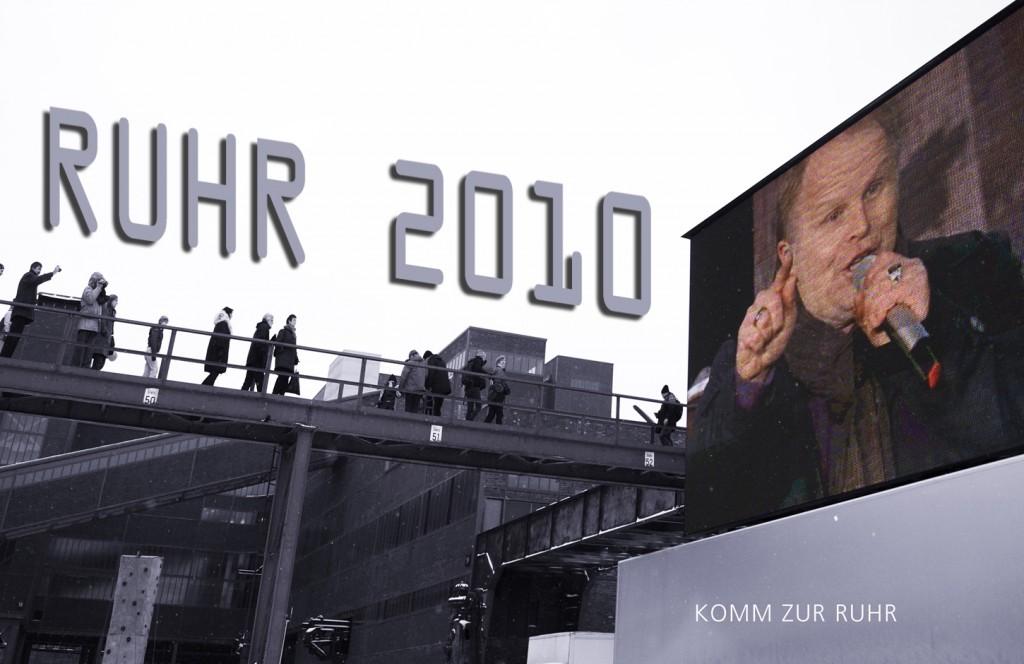 """Bei Eiseskälte wurde das Kulturhauptstadtjahr """"RUHR 2010"""" auf der Zeche Zollverein in Essen mit einem zweitägigen Volksfest gestartet. Herbert Grönemeyer präsentierte seine neue Ruhrgebiets-Hymne """"Komm zur Ruhr"""" auf einer Bühne vor der bizarren Kulisse des Weltkulturerbes """"Zollverein"""". Auf Großleinwänden wurde von da an stündlich an beiden Tagen die Aufzeichnung dieser Performance abgespielt. – """"Wo ein raues Wort Dich trägt…"""""""